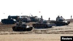 صورة من الأرشيف لدبابات تركية تتخذ مواقعها بمحاذاة الحدود السورية - 8 تشرين الأول 2014