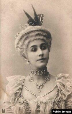 """Матильда Кшесинская в костюме к балету """"Камарго"""", начало 1900-х годов"""