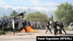Жители Шанырака оказывают сопротивление наступлению вооруженных полицейских. Алматы, 14 июля 2006 года.