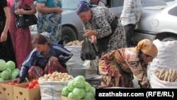 Торговцы на рынке в Дашогузе, архивное фото.