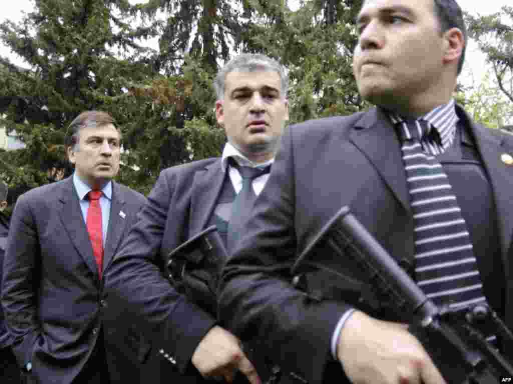 Михаил Саакашвили и его телохранители во время на военной базе Мухровани