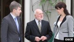 AmbasadorUL Erwan Fouere (centru), cu Eugen Carpov și Nina Ștanschi, la Dublin, în luna februarie 2012
