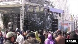 Күндүн сууктугунан Бишкектеги Нооруз салтанатына быйыл жылдагыдай көп эл чогулган жок.
