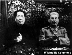 Мао Цзэдун і Іосіф Сталін у маскоўскім Большом тэатры на сьвяткаваньні 70-годзьдзя Сталіна, сьнежань 1949