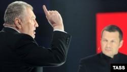 Російський політик Володимир Жириновський (ліворуч) у телепрограмі Володимира Соловйова (праворуч). Архівне фото