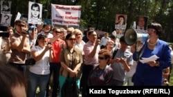 «Аман-саулық» ҮЕҰ басшысы Бақыт Түменова (оң жақ шетте) наразылық шарасында. Алматы, 31 мамыр 2012 жыл.