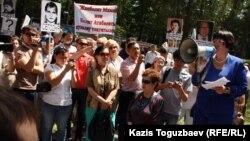 "Глава НПО ""Аман-саулык"" Бахыт Туменова (справа) выступает на митинге. Алматы, 31 мая 2012 года."