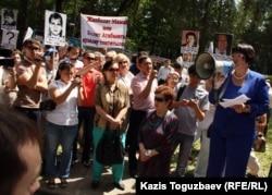 """Президент общественной организации """"Аман саулык"""" Бахыт Туменова (справа) выступает на митинге. Алматы, 31 мая 2012 года."""