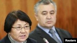 Убактылуу өкмөттүн төрайымы Роза Отунбаева жана орун басары Өмүрбек Текебаев маалымат жыйынында.
