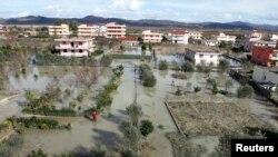 Ilustrim - fshati Mifol në Shqipëri i vërshuar në vitin 2015