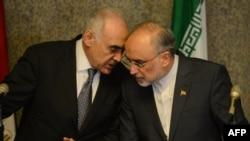 محمد کامل عمر (چپ) وزیر امور خارجه مصر در حال گفت و گو با علی اکبر صالحی، وزیر امور خارجه ایران در نشست قاهره درباره سوریه.