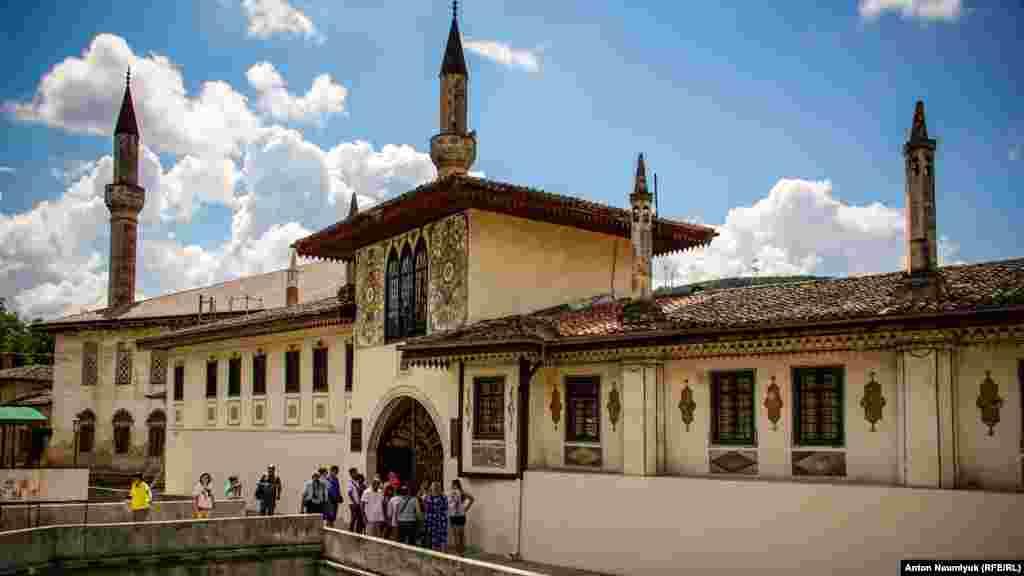 Ханский дворец в Бахчисарае – уникальный архитектурный памятник 16 века, единственный в мире образец крымскотатарской дворцовой архитектуры