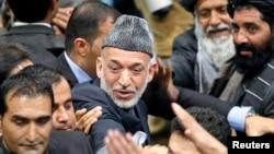 Президент Афганистана Хамид Карзай (в центре). Кабул, 24 ноября 2013 года.