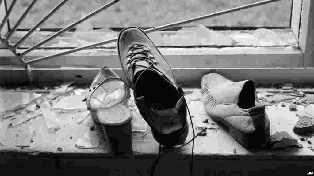 Обувь заложников на подоконнике школьной столовой. Школа №1, Беслан, Северная Осетия. 16 сентября 2004. Джеймс Хилл