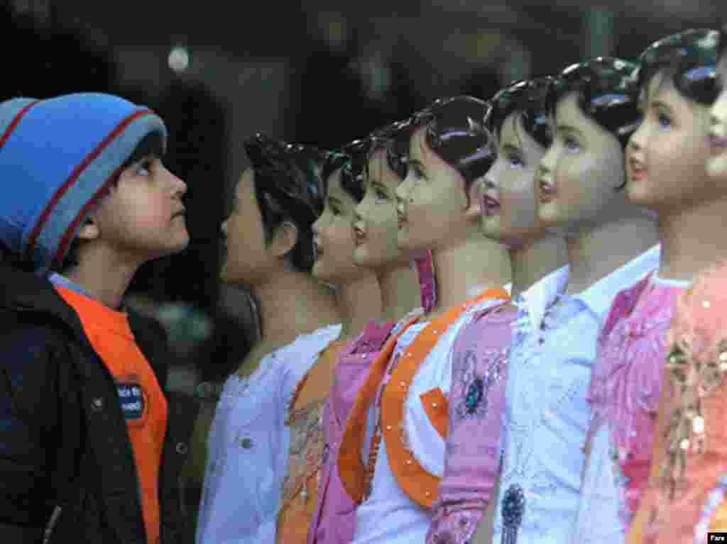 خرید لباس نو از مراسم ثابت و پرطرفدار در خانواده های ایرانی در نوروز است و کودکان از این مراسم بیش از همه استقبال می کنند.