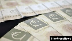 Эксперты назвали два фактора нестабильности национальной валюты – сезонный и экономический. Если сезонный еще можно объяснить наплывом туристов, который понижает валютный спрос, то вторым фактором называют безответственную политику Нацбанка