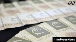 На ожидания экспертов относительно девальвации лари глава Минфина ответил весьма уклончиво. Он сказал, что «скачкообразного падения курса лари ожидать не стоит»