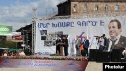 Armenia - Prosperous Armenia Party leader Gagik Tsarukian addresses a campaign rally in Yerevan, 21Apr2012.