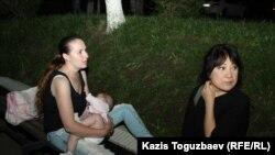 Подследственная Оксана Шевчук кормит дочь Еву рядом со зданием суда. Алматы, 31 мая 2019 года.