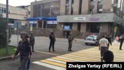 Полицейское оцепление на улице Гоголя в Алматы. 20 июля 2016 года.
