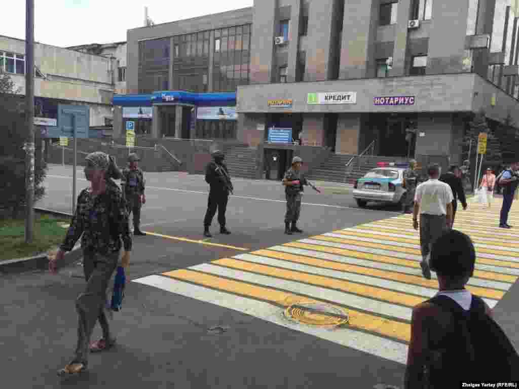 Спустя два дня после событий 18 июля в Алматы был оцеплен квадрат улицГоголя — Зенкова — Макатаева — Абдуллиных.Полиция сообщила о проведении оперативно-разыскных мероприятий. На оцепленную вооруженными сотрудниками полиции территорию не пропускали пешеходов и автотранспорт.