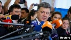 Petro Poroşenko vorbind jurnaliştilor după ce şi-a exprimat dreptul la vot, Kiev, 25 mai 2014