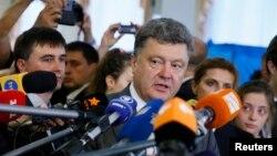 Сайлау учаскесіне дауыс беруге келген бизнесмен әрі саясаткер Петр Порошенко. Киев, 25 мамыр 2014 жыл.