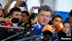 Кандидат в президенты Украины Петр Порошенко дает интервью журналистам после голосования на избирательном участке. Киев, 25 мая 2014 года.
