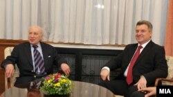 претседателот Ѓорге Иванов и посредникот на ОН Метју Нимиц.