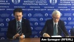 Депутат сейма Польши Марчин Свенчицкий и президент итальянской Федерации по правам человека Антонио Станго (слева) на пресс-конференции в Алматы. 17 апреля 2018 года.