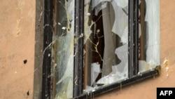 Яйца летят в разбитое окно посольства Турции. Москва, 25 ноября