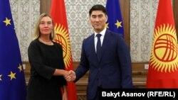 Федерика Могерини жана Чыңгыз Айдарбеков.