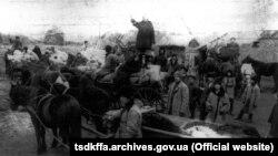 Розпродаж з молотка майна розкуркуленого селянина Мартиненка на «червоному базарі» в селі Удачне Донецької області, 1930–1932 роки