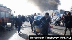 """Торговцы увозят товар с горящего рынка """"Кулагер"""". Алматы, 17 ноября 2013 года."""