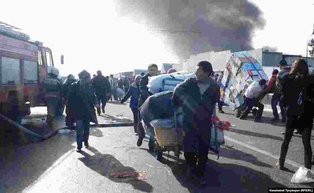 Базарда өрт болған күні арбамен жүк таситындарға жұмыс көбейді. Алматы, 17 қараша 2013 жыл.