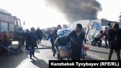 Торговцы уносят свой товар с горящего рынка. Алматы, 17 ноября 2013 года.