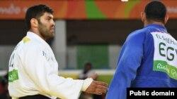 Египетский дзюдоист Ислам эль-Шехаби отказывается пожать руку израильтянину Ору Сассону после матча, 15 августа 2016 года.