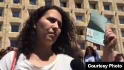 Лейла Мустафаева – жена Афгана Мухтарли показывает загранпаспорт супруга. Тбилиси. 31 мая 2017 года.