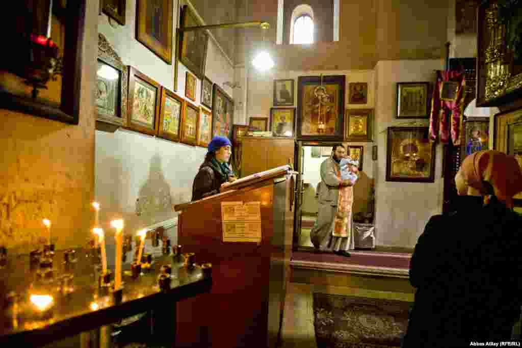 Krštenje novorođenčeta u pravoslavnoj crkvi.