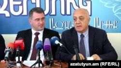 «Օհանյան - Րաֆֆի - Օսկանյան» դաշինքի ներկայացուցիչներ Արմեն Մարտիրոսյանը (ձ) և Ստեփան Մարգարյանը: