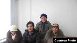 Noqonuniy diniy ta'lim berganlikda ayblangan parkentlik Nasiba Ashirmatova (o'ngda) va jamoatchi himoyachi Shuhrat Rustamov.