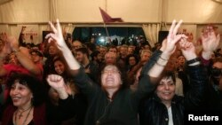 Солшыл СИРИЗА партиясының жақтастары сайлауда жеңіске жеткендеріне қуанып тұр. Афина, 25 қаңтар 2015 жыл.