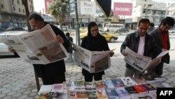 عراقيون يقرأون صحفاً بلغتهم العربية الأم