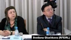 «Феминиcтік лига» президенті Евгения Козырева (сол жақта) мен Қазақстандағы адам құқықтары комиссиясының хатшысы Тастемір Әбішев. Астана, 24 қаңтар 2013 жыл.