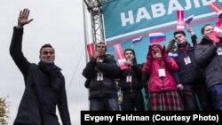 Алексей Навальный (сол жақта) жақтастарымен кездесуге қатысып тұр. Новосибирск, 22 қыркүйек 2017 жыл.