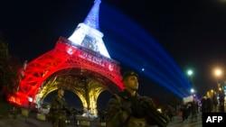سربازان ارتش فرانسه در اطراف برج ایفل گشتزنی میکنند.