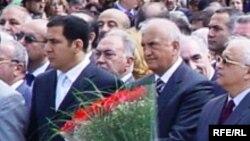 Fərhad Əliyev və Əli İnsanov Heydər Əliyevin abidəsinin açılışında, 11 may 2005