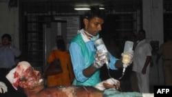 Одному из раненых в Мумбаи оказывают помощь