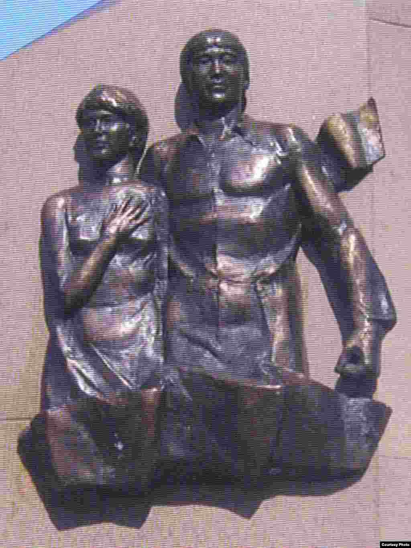 Памятник героям Декабря Ерболу Спатаеву и Ляззат Асановой. Город Жаркент Алматинской области, ноябрь 2008 года.