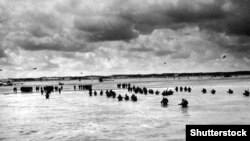 Архівне фото: висадка американських військ у Нормандії, червень 1944 року